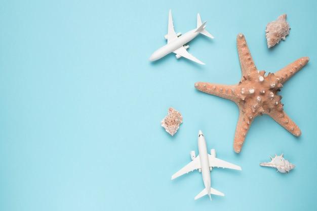 Concepto de vacaciones con aviones y estrellas de mar.