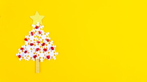 Concepto de vacaciones. banner de navidad con árbol creativo.