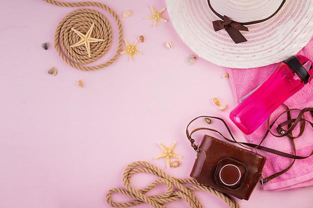 Concepto de vacaciones. coloridos accesorios femeninos de vacaciones. verano plano laico. vista superior