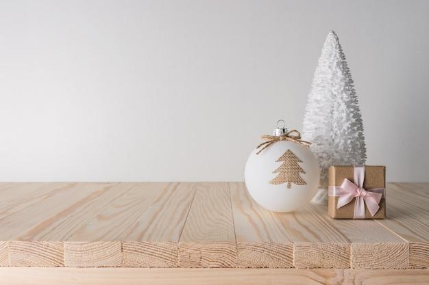 Concepto de vacaciones con decoración navideña en mesa de madera
