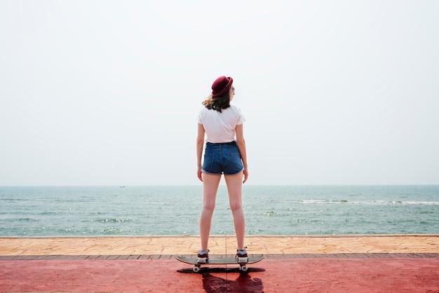 Concepto de vacaciones de playa de verano de búsqueda recreativa de skate