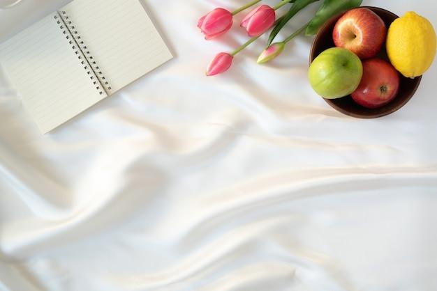 Concepto de vacaciones de rosh hashaná manzanas frutas tulipanes y cuaderno símbolo original