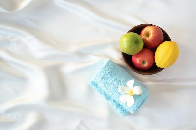 Concepto de vacaciones de rosh hashaná manzanas frutas tulipanes y toalla símbolo original