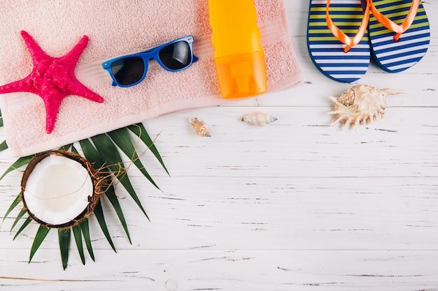 Concepto de vacaciones de vacaciones de verano. accesorios para viaje y frutas exóticas en mesa de madera blanca.