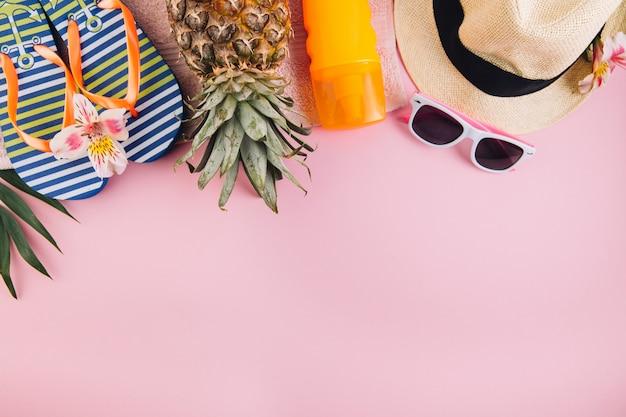 Concepto de vacaciones de vacaciones de verano. accesorios para viajes sobre fondo rosa.