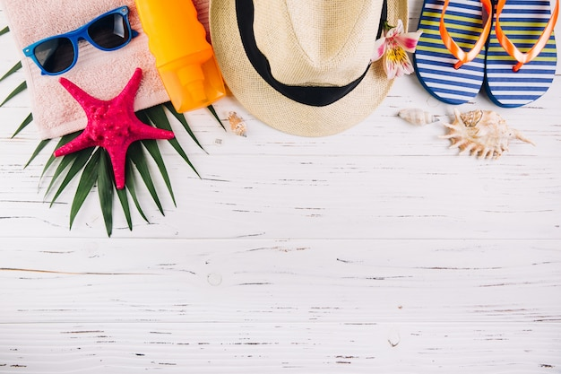 Concepto de vacaciones de vacaciones de verano. accesorios para viajes.