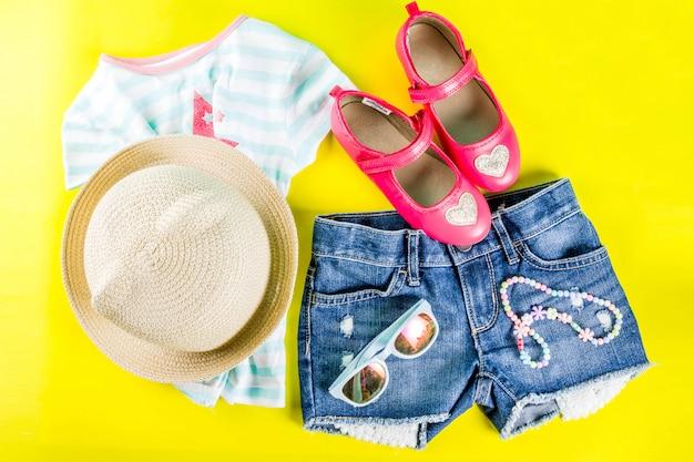 Concepto de vacaciones de verano, conjunto de ropa infantil de verano