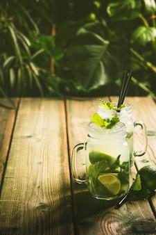 Concepto de vacaciones de verano - contra la escena tropical rústica