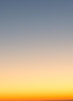 Concepto de vacaciones de verano, desenfoque abstracto fondo de cielo degradado al atardecer
