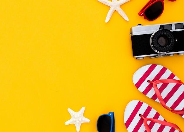 Concepto de vacaciones de verano plano. accesorios de playa vista superior. copyspace