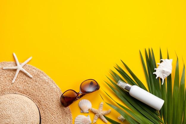 Concepto de vacaciones de verano plano. accesorios de playa vista superior