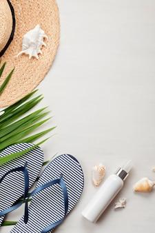 Concepto de vacaciones de verano plano. accesorios de playa