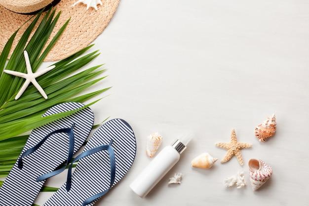 Concepto de vacaciones de verano en plano. vista superior de accesorios de playa. espacio para texto. viaje