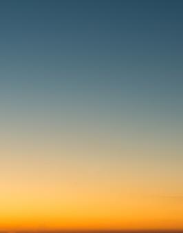 Concepto de vacaciones de verano, resumen borroso atardecer gradiente cielo