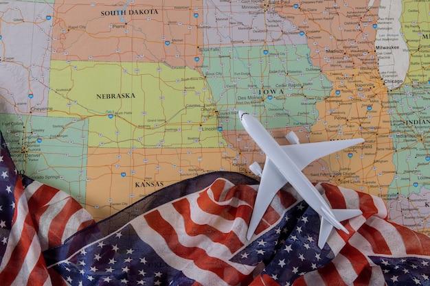 Concepto de vacaciones de viaje para viajes de ee. uu. en modelo de avión bandera estadounidense en mapa de ee. uu.