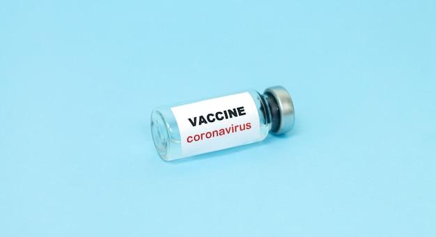 Concepto de vacuna contra el coronavirus covid-19. frasco de vidrio para primer plano de muestra de vacuna líquida.