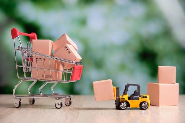 Concepto de venta al por mayor de almacén de productos con carrito de compras abstracto.