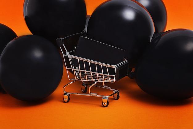 Concepto de venta de compras de viernes negro con rojo y negro