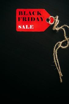 Concepto de venta de compras de viernes negro. texto en etiqueta roja sobre fondo de madera negra