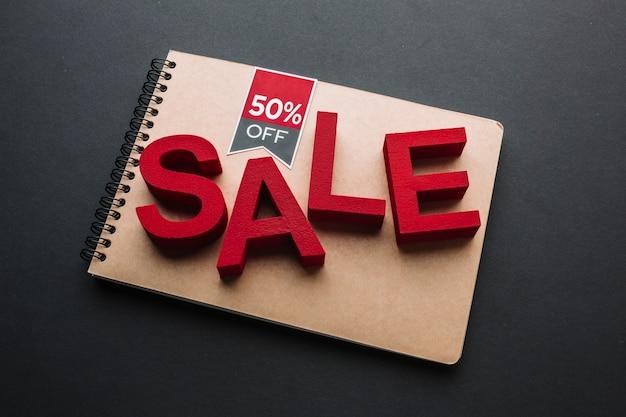 Concepto de venta en cuaderno sobre fondo negro