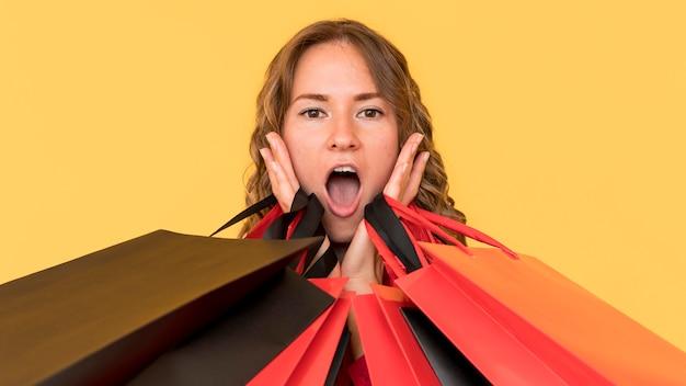 Concepto de venta de viernes negro mujer sorprendida