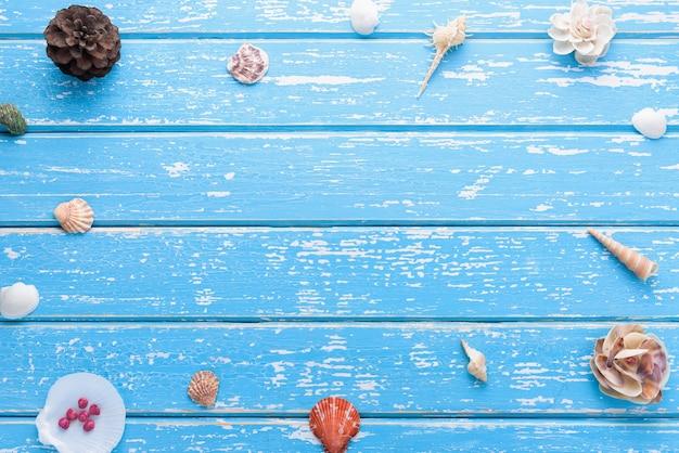 Concepto de verano, conchas marinas sobre fondo de madera