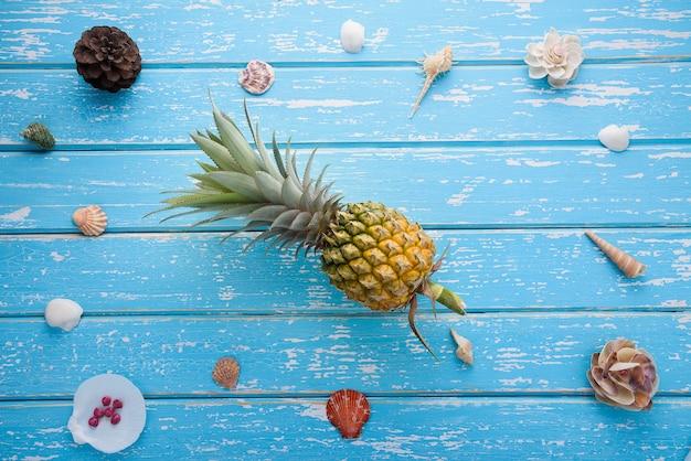 Concepto de verano, conchas sobre fondo de madera