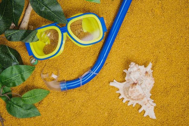 Concepto de verano con esnórquel y gafas de buceo