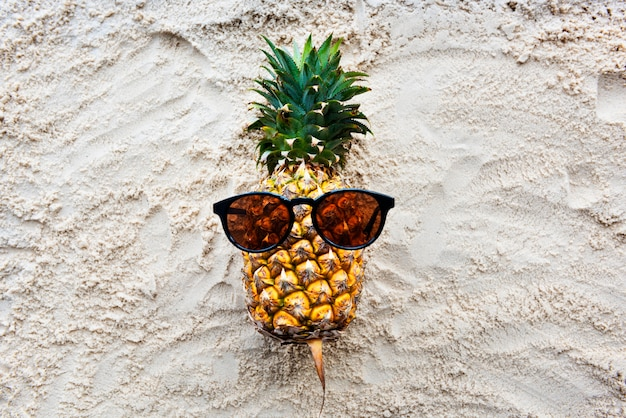 Concepto de verano de jugo de piña tropical