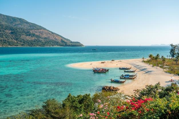 Concepto de verano, onda suave lamió la playa de arena koh lipe beach tailandia, vacaciones de verano