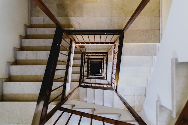 Concepto de vértigo, miedo a las alturas dentro de una escalera de un edificio.