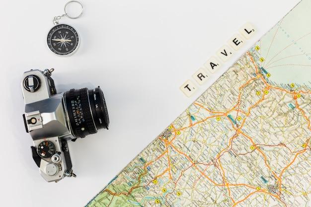 Concepto de viajar con fondo de mapa