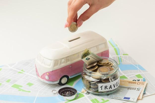 Concepto de viaje con ángulo alto de tarro de dinero