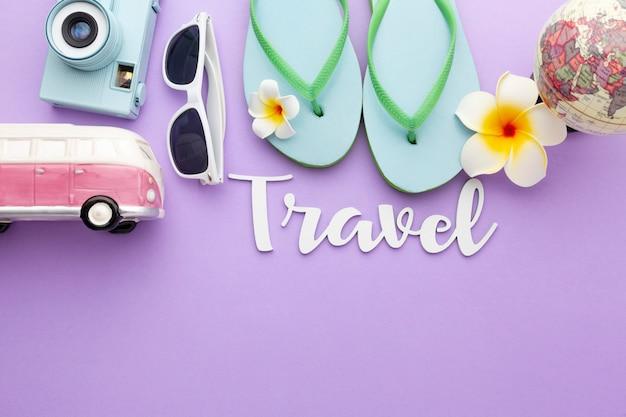 Concepto de viaje con arreglo de artículos.