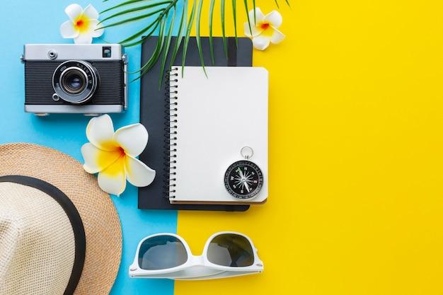 Concepto de viaje con artículos y flores.