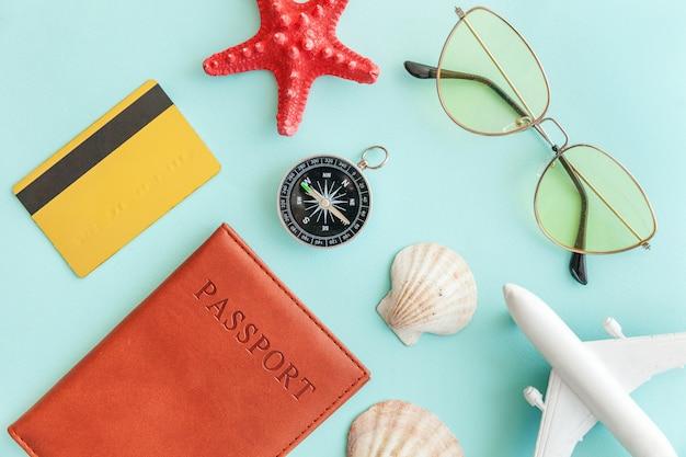 Concepto de viaje de aventura de viaje plano simple mínimo sobre fondo moderno de moda colorido pastel azul