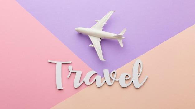 Concepto de viaje con avión blanco.