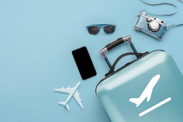 Concepto de viaje y avión con el equipaje