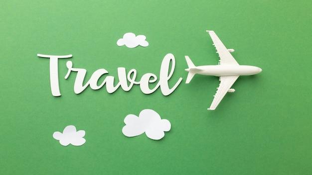 Concepto de viaje con avión y nubes.