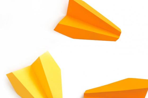 Concepto de viaje, aviones de papel sobre fondo blanco.