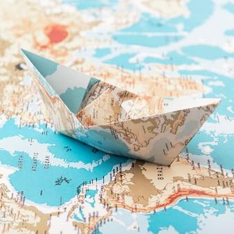 Concepto de viaje con barco de papel.