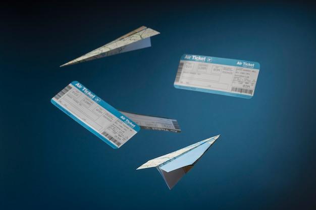 Concepto de viaje con billetes y avión de papel.