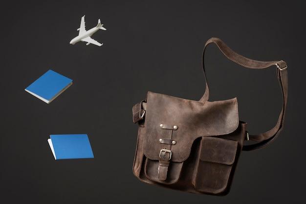 Concepto de viaje con bolso y pasaporte.