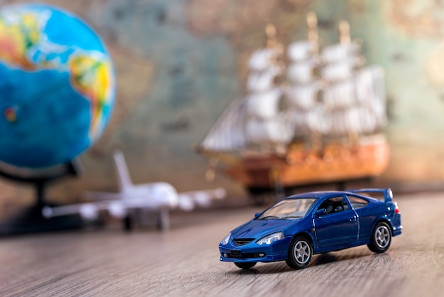 Concepto de viaje: coche, barco y avión y mapa