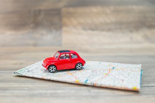 Concepto de viaje con coche en mapa