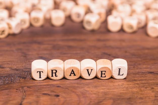 Concepto de viaje con cubos de madera sobre mesa marrón