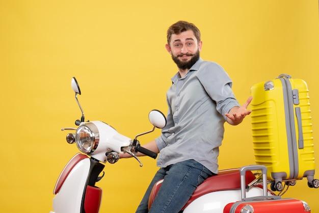 Concepto de viaje con curioso joven sentado en moto con maletas en amarillo