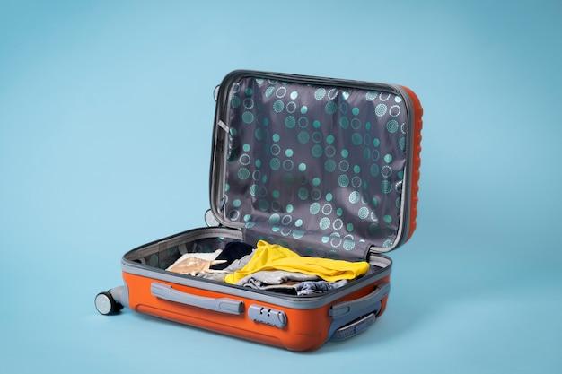 Concepto de viaje con equipaje abierto.