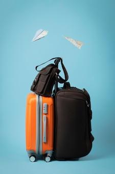 Concepto de viaje con equipaje y aviones de papel.