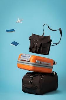 Concepto de viaje con equipaje y bolso.
